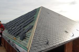 Un toit en ardoise naturelle gr ce l 39 entreprise rebatitoit - Pose d ardoises sur un toit ...